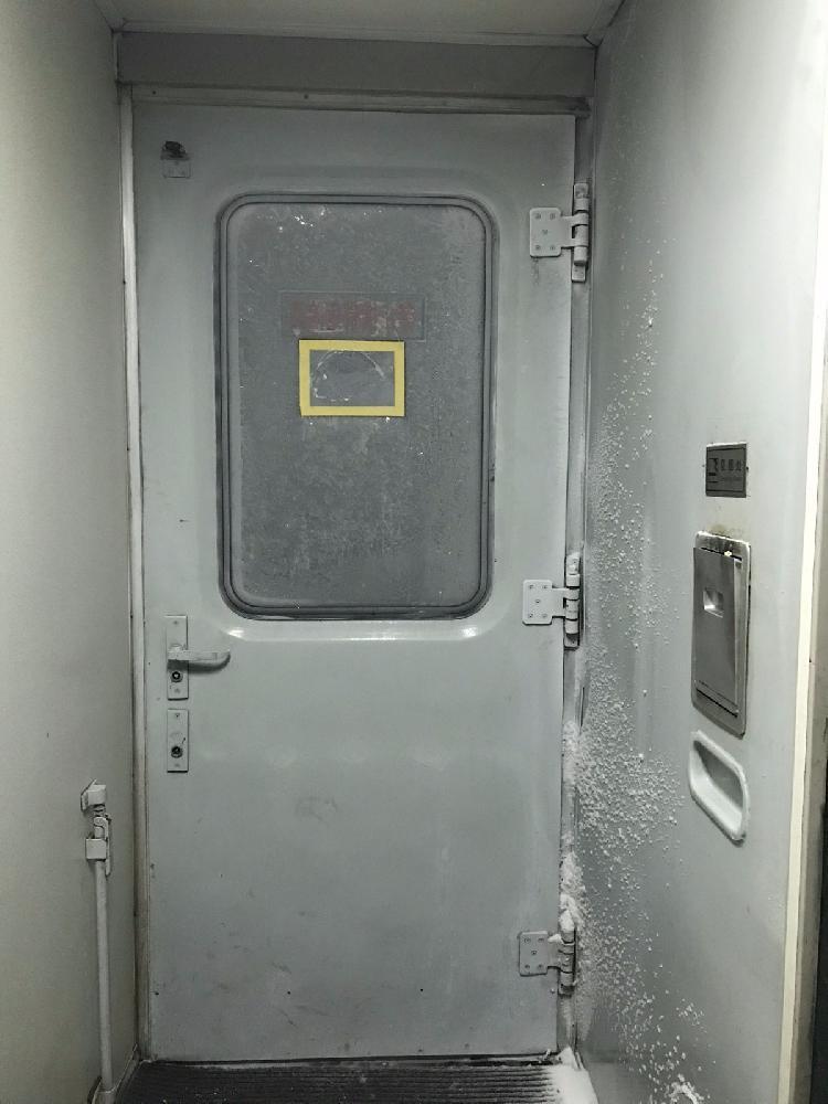 零下40度!老火车窗户贴塑料布保暖