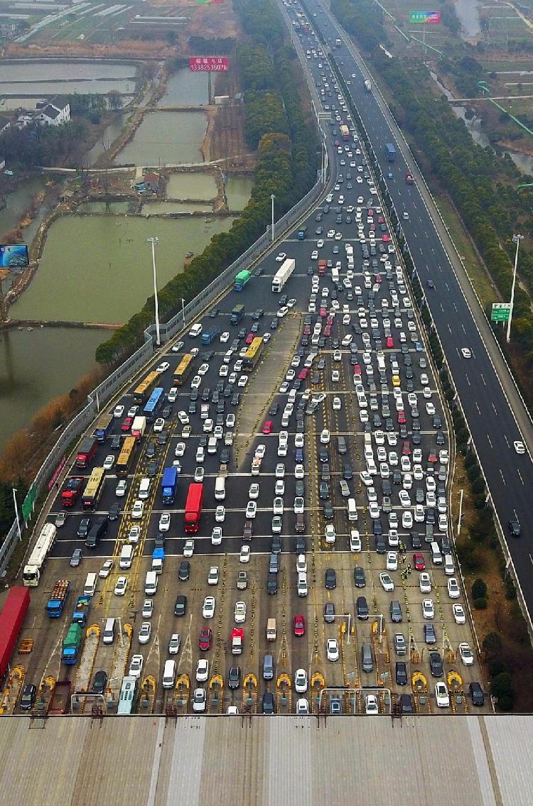 随着春节临近,各地高速公路开始迎来返乡车流高峰.