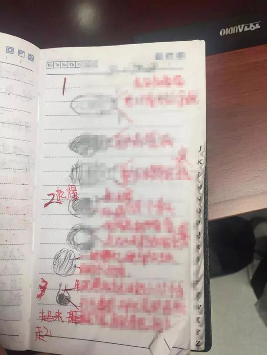 """△手抄笔记本足足有32页,里面""""图文""""并茂"""