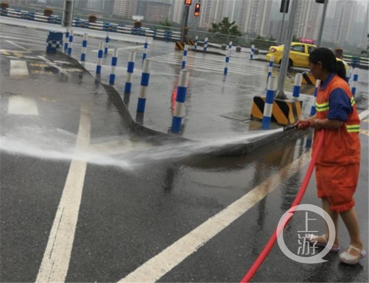 夏泽会在清洗路面淤泥。(4997226)-20200804180440_副本.jpg