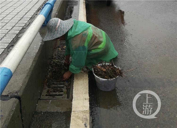 夏泽会在清理水篦子(4997249)-20200804180333_副本.jpg