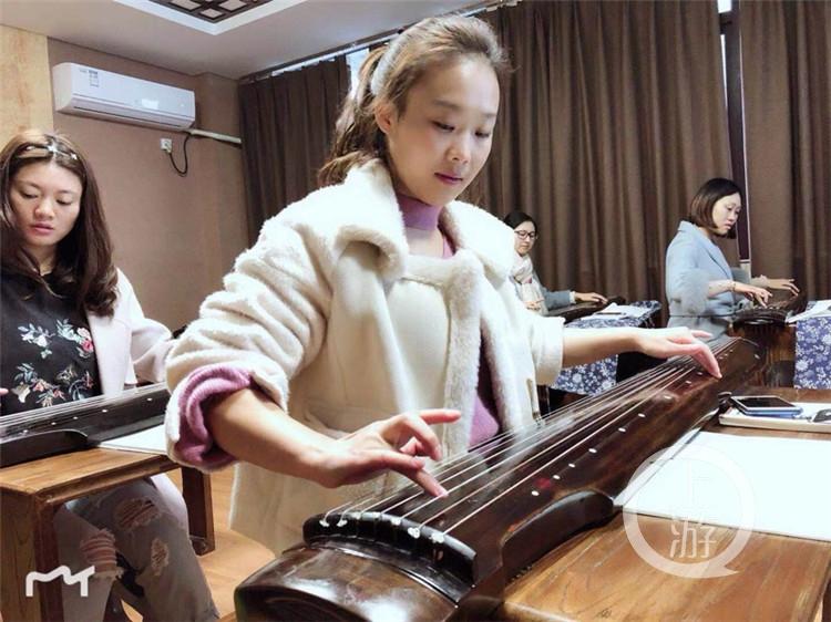 小学进小女小学生与古琴演奏家以琴友内衣校园古琴生的图片