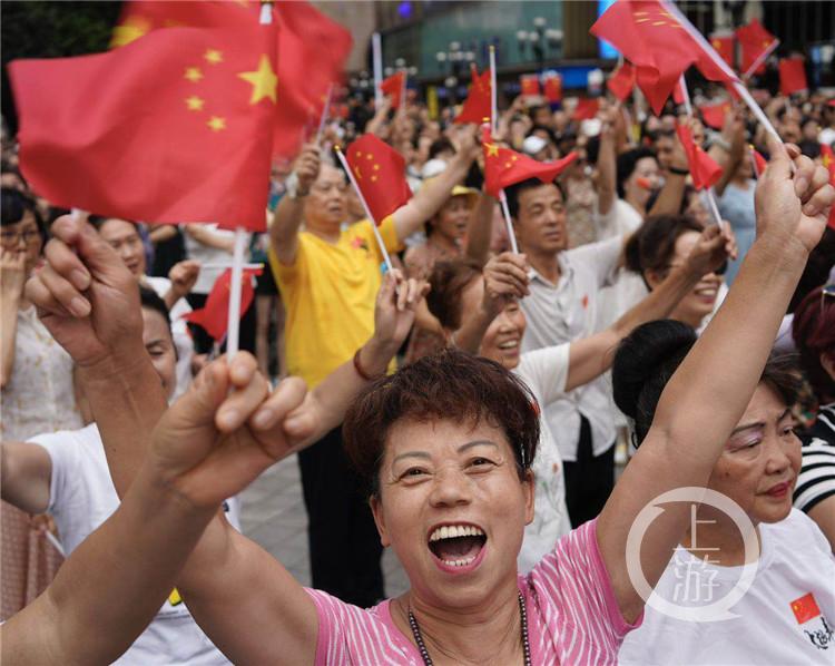 燃!张一白张译和重庆市民同唱《我和我的祖国》