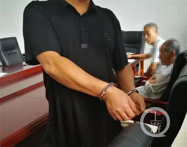 法庭上他夺取执行卷宗丢掷地上……%0A%0A男子(3347893)-20190914170959.jpg