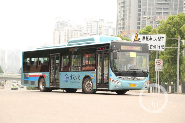 nEO_IMG_宇通V脸车型是重庆首款低地板公交车.jpg