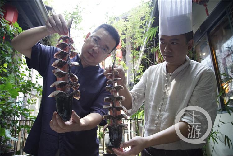 李盛开(左)和干儿子一起展示片好后的鱼(5000575)-20200805112933_副本.jpg