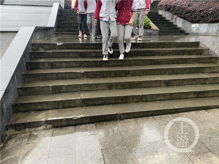 两江新区某校外有少数学生卷裤腿(5357324)-20201017150827.jpg