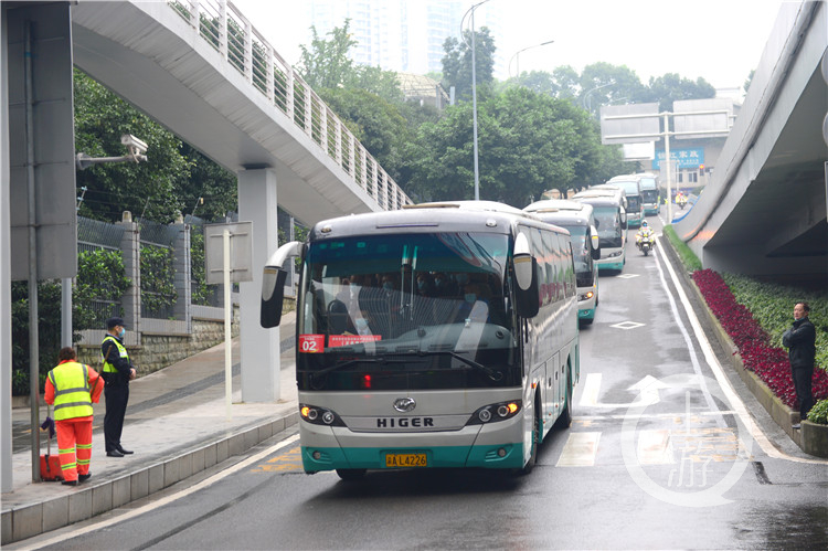 交巡警一路互送车队前往会场(5364697)-20201019090115_副本.jpg