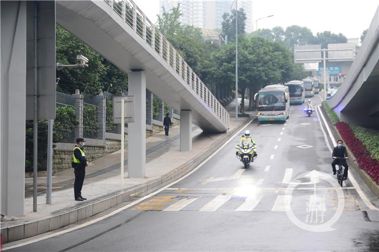 交巡警一路互送车队前往会场(5364703)-20201019090141_副本.jpg