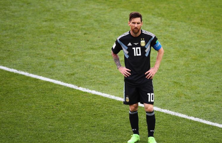 身后的看台上,他的巨幅海报挂满了球场的每一个角落,阿根廷球迷彻底将