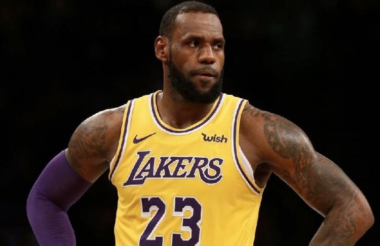 特朗普因不满NBA球员集体下跪抗议种族不平等而拒看比赛,詹姆斯:我们不在乎!