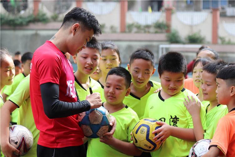重庆籍球员杨立瑜回母校看望老师,老牌足球传统学校重新出发打造免费训练营