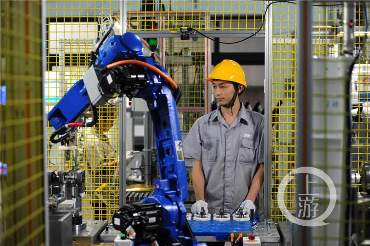 龙润公司,技术人员正在操作机器人。(曾清(5207670)-20200915094427_极速看图.jpg