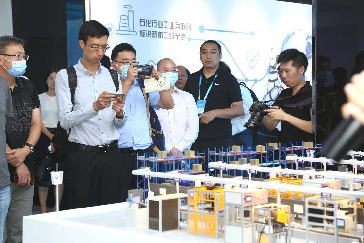 参会嘉宾了解基于工业大数据驱动的发电机智能工厂模型.jpg