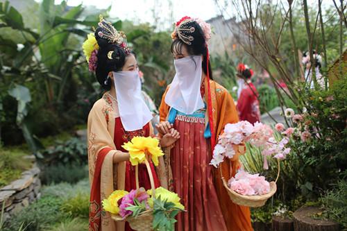 汉服达人们在城市花博会现场巡游,引来大量观展市民关注 (2).JPG