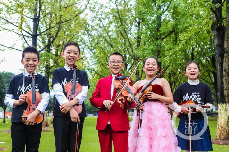"""花博会打造的""""花花世界""""是孩子们的自然研学大课堂,一张张稚嫩的笑脸成为花博现场最为动人的瞬间 (2).jpg"""
