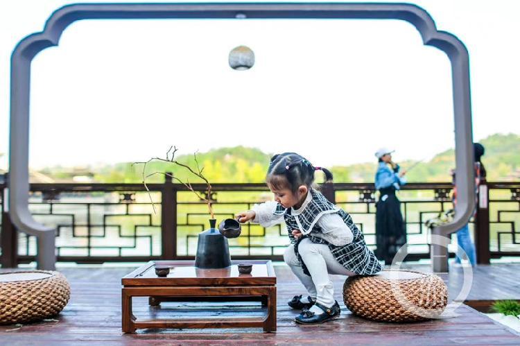 环湖游览沿线特别设置的创意打卡点引来大量观展市民拍照打卡_副本.jpg