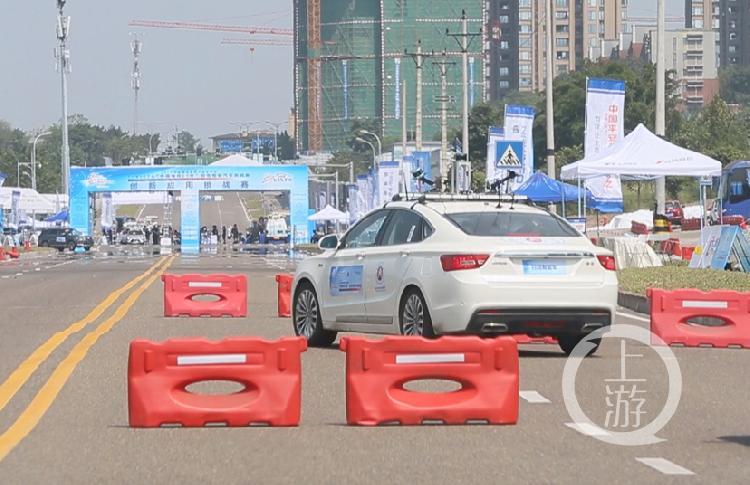 重庆交通大学的参赛车辆正在自动躲避障碍(3227492)-20190826185052.jpg