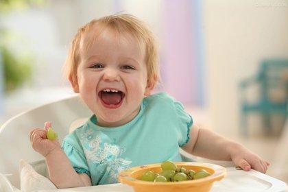 如何教宝宝学会自己吃饭?