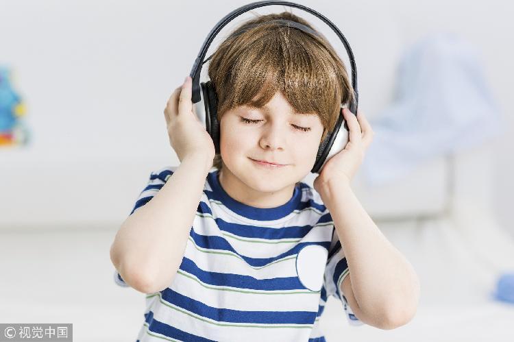 弹钢琴可提高儿童辨别语音的能力