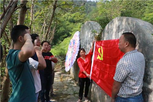 龙洲湾:烈士墓前祭先烈