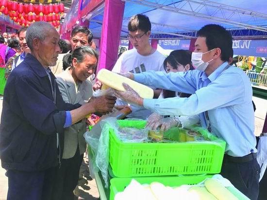 美心红酒小镇每天为在集市摆摊的贫困户和村民送50份午餐