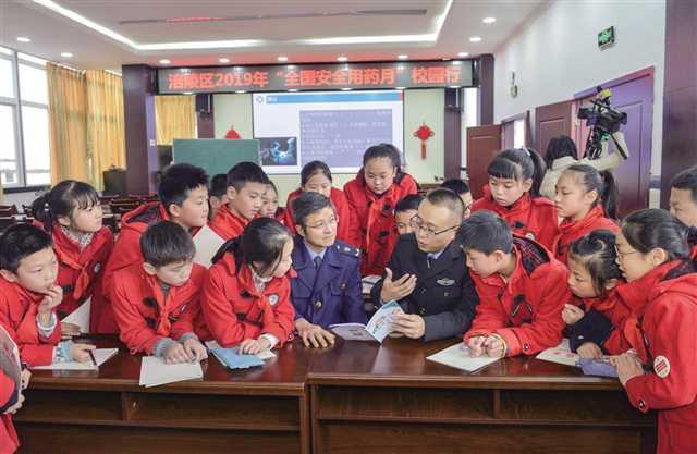 """重庆市药监局进企入校宣讲用药安全""""两法"""""""