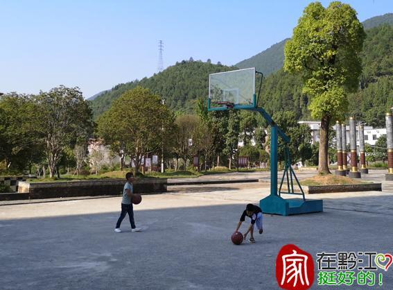 民族公园篮球场的锁已打开-上游新闻汇聚向上的力量