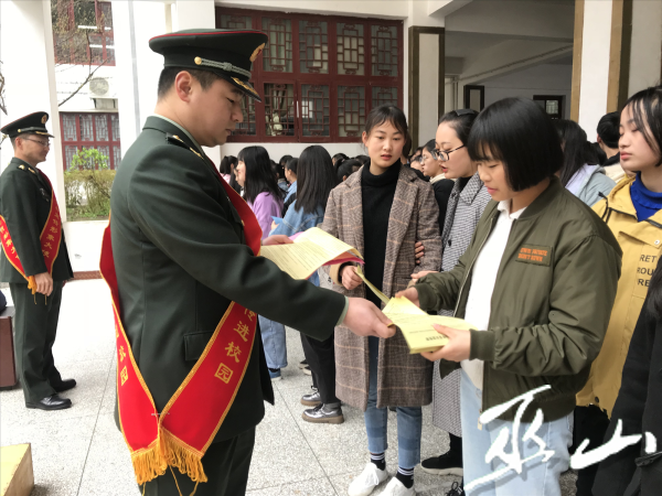县人武部深入校园开展2019年春季征兵宣传活