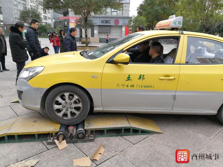 酉阳市场监管局对出租车计价器进行集中检定