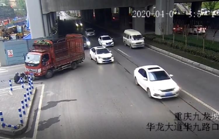 『其他』货车野蛮转弯撞直行 电瓶车险被卷入车轮下