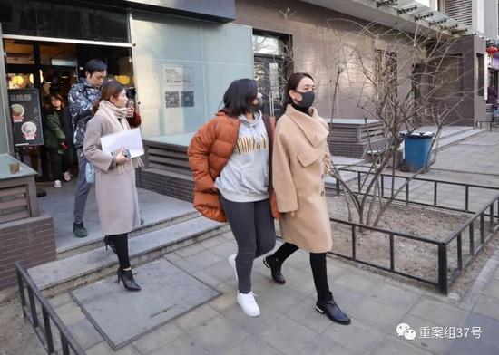 ▲1月12日下午,递交完诉状的马苏离开海淀法院。新京报记者 王飞 摄