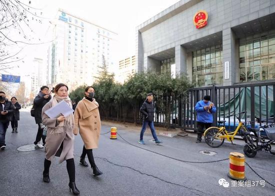 ▲1月12日下午1点半,马苏现身海淀法院,起诉黄毅清刑事诽谤罪。 新京报记者 王飞 摄