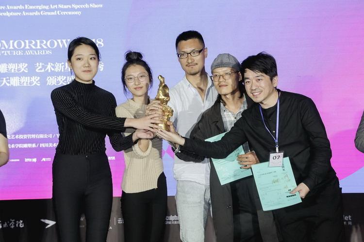 SIGMA艺术小组领奖,左一是徐子薇。.jpg