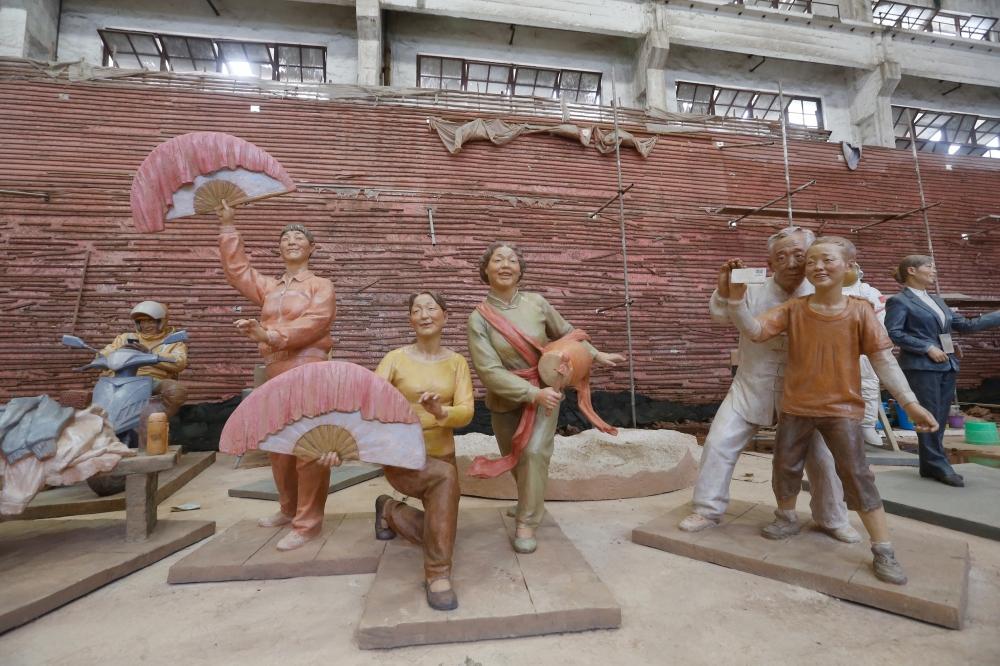 他们雕刻出了脱贫攻坚和全面小康的样子!川美7组主题作品亮相国家博物馆