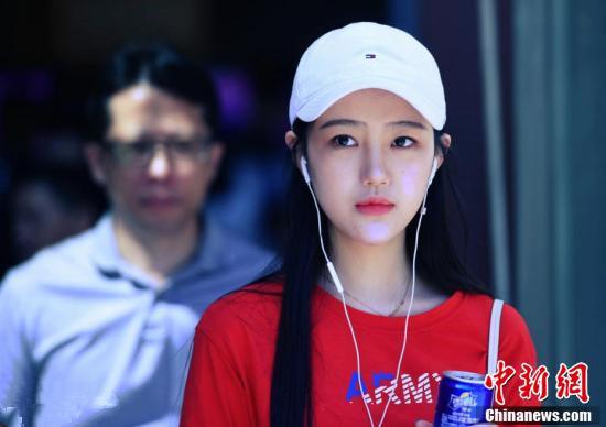 上海戏剧学院新生报到 俊男美女多