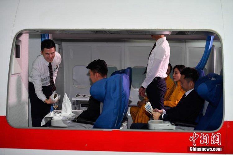 空姐实景演练飞机上救人
