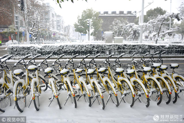 2018年1月3日,湖北襄阳,一场大雪过后,共享单车铺上一层雪。.jpg