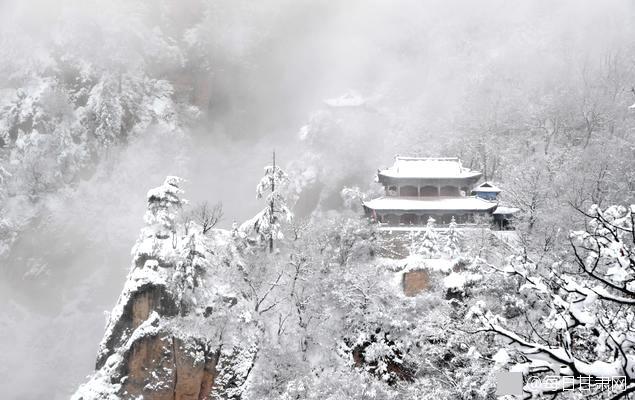 在现场,摄影爱好者及各地的游客慕名而来,赏雪采风、敬香祈福,踏雪迎新年。.jpg