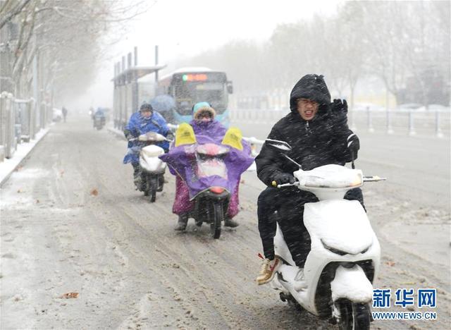 1月3日,在安徽省阜阳市,市民冒雪出行。新华社发.jpeg