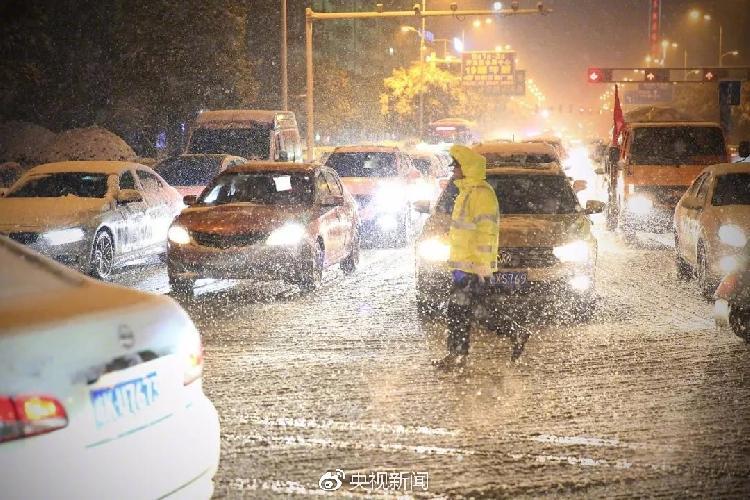 1月3日,安徽阜阳,交警在雪中执勤。.jpg