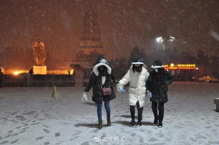 1月3日,古城西安迎2018年首场大雪。.jpg