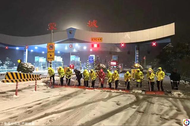 图为安徽蒙城高速公路工作人员在紧张铲雪,保畅通。.jpg