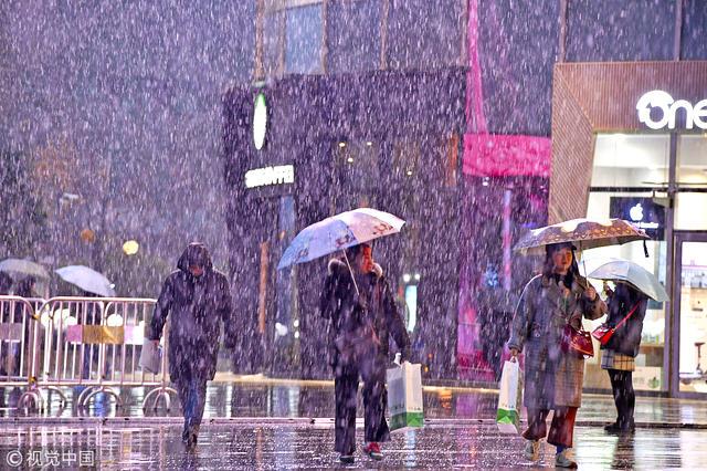 1月3日,在合肥市滨湖新区街头,市民正行走在风雪中。.jpg