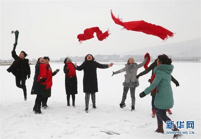 1月3日,在甘肃省定西市,人们在公园内游玩。新华社发.jpeg