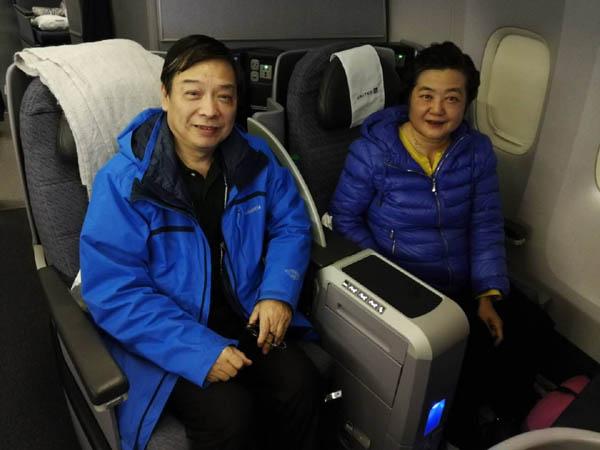 武汉老夫妇国际航班上施救患癌乘客