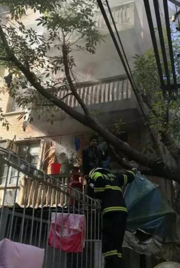 居民楼突发火灾 外卖小哥和一小伙徒手爬楼救火