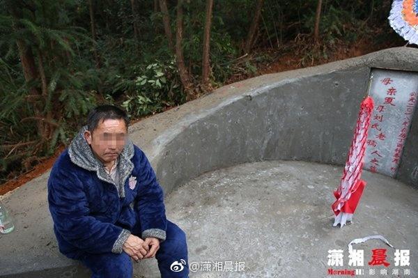 身陷现金贷的19岁女孩现身 跪母亲坟前欲撞碑自杀