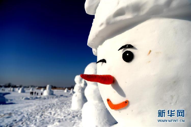 这是1月11日在哈尔滨外滩赏冰乐雪园的奇趣雪人谷园区内拍摄的雪人雕塑。当日,2018座雪人雕塑在哈尔滨外滩赏冰乐雪园的奇趣雪人谷园区内展出,吸引来自各地的游客前来观赏。6.jpg