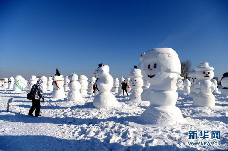 1月11日,游客在哈尔滨外滩赏冰乐雪园的奇趣雪人谷园区内观赏形态各异的雪人雕塑。当日,2018座雪人雕塑在哈尔滨外滩赏冰乐雪园的奇趣雪人谷园区内展出,吸引来自各地的游客前来观赏。.jpg